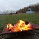 Der er gang i bålet bag det hyggelige spejderhus i Hellum