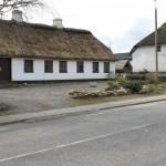 Stråtægte huse i landsbyen Hellum