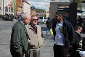 Kalle (frivillig i Ventilen Aalborg) i samtale med to ældre herrer