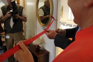 Her klippes det røde bånd - og den nye møbelafdeling er herefter åben