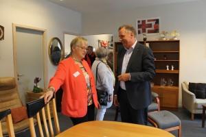 Aase Bertelsen i samtale med Anders Ladekarl i den nye møbelafdeling