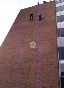 Rapelling fra 7. etages højde var en anden af de mange spændende og udfordrende discipliner, FDF'erne skulle igennem.
