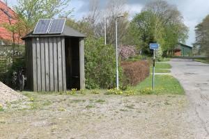 Det ene af to busskure med solceller på taget