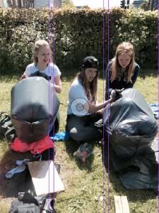 Tømmerflådebyggeri ved hjælp af 20 balloner og to sorte plastic-affaldssække var en af opgaverne undervejs.