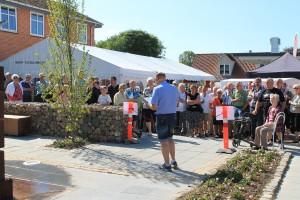Folk var mødt talstærkt op til genindvielsen af bytorvet i Suldrup - yderst til højre ses Dagny Lundgren