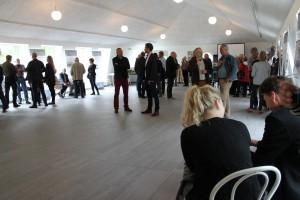 Den officielle indvielse af Rebildcentret havde tiltrukket mange gæster, som alle var imponerede over de smukke rammer