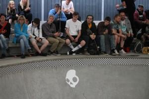 Publikum sad klar på bænken ved kanten af bowlen