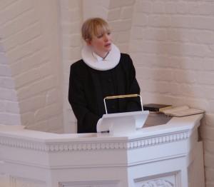 Sognepræst Sanne Birkely Sørensen holdt prædiken og fortalte om den smukke glasaltertavle (se øverst i artiklen).