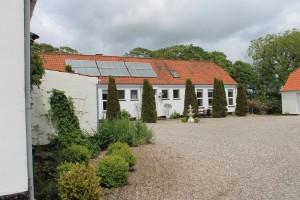 Her ses det hyggelige gårdmiljø ved den tidligere Veggerby Skole, som nu er B&B
