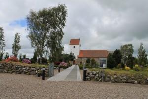 Veggerby kirke. Kirkens klokke kan i år fejre 150 års fødselsdag.