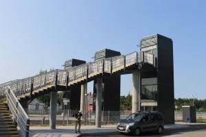 Den nye gangbro over skinnerne ved Skørping Station er desuden udstyret med tre elevatortårne, hvor Bane Danmark samme dag havde gennemført elevatortests.
