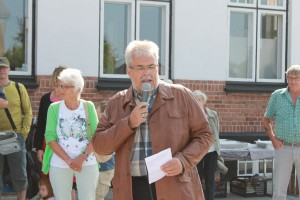 Borgmester Leon Sebbelin holdt en munter tale ved indvielsen af det nye anlægsarbejde ved Skørping Station.