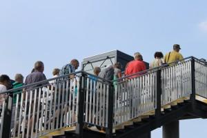 """""""Bridgewalkerne"""" på vej op på gangbroen for at nyde udsigten"""
