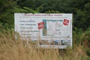 """Straks man ankommer til Øster Hornum mødes man af skiltet med """"byggegrunde til salg"""""""