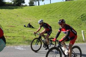 Far og søn havde fundet en god plads at overvære cykelløbet fra