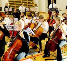 Flot elev-symfonikoncert på Støvring Gymnasium efter intens øveweekend