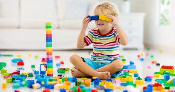 barn leger med byggeklodser